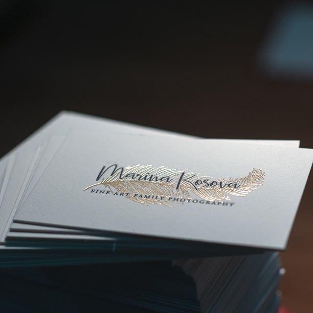 Визитная карточка, двусторонняя высокая печать и тиснение фольгой.