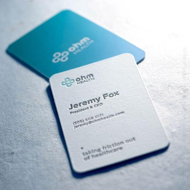 Двусторонняя визитная карточка, высокая печать 2+0, цифровой градиентный фон под матовой ламинацией и тиснение белой фольгой.