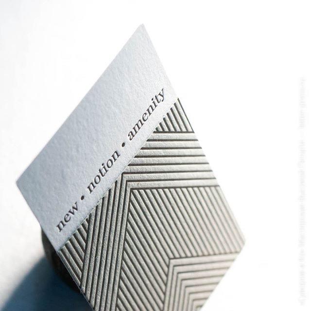 Двусторонняя визитная карточка со сложным объемом — паттерн на другой бумаге занимает лишь часть визитной карточки. Выборочная кашировка создает дополнительную игру объемов.