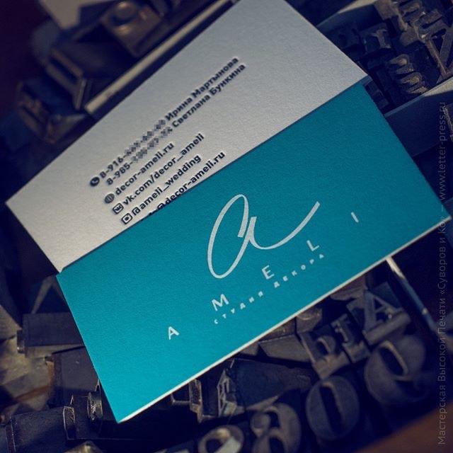 Двусторонняя визитная карточка — трафаретная печать 0+2 и высокая печать 1+0, хлопковая бумага 710 гр. Нежный голубой фон создает шелкотрафаретная печать матовой сольвентной краской, она сохраняет фактуру бумаги.#высокаяпечать #визитка #оттиск #мастерскаяручнойпечати #рельефнаяпечать #премиум #премиумполиграфия #премиумвизитки #типография #суворовико #suvorovpress #letterpress #printed #businesscards #deboss #reliefprinting