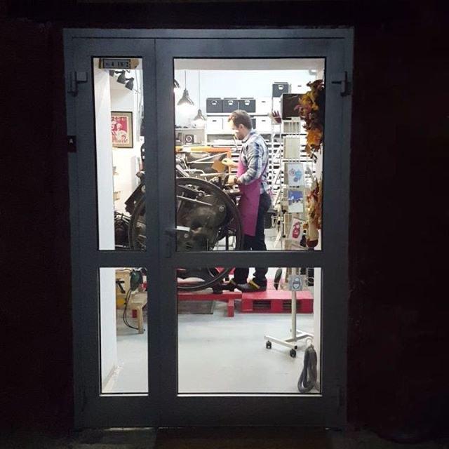 """Побочным эффектом въезда нашего """"Tzar-press""""  FAG Control 900 явилось расширение дверного проема и установка стеклянной двери. Теперь я местная достопримечательность. :) ?#высокаяпечать #мастерская #suvorovpress"""