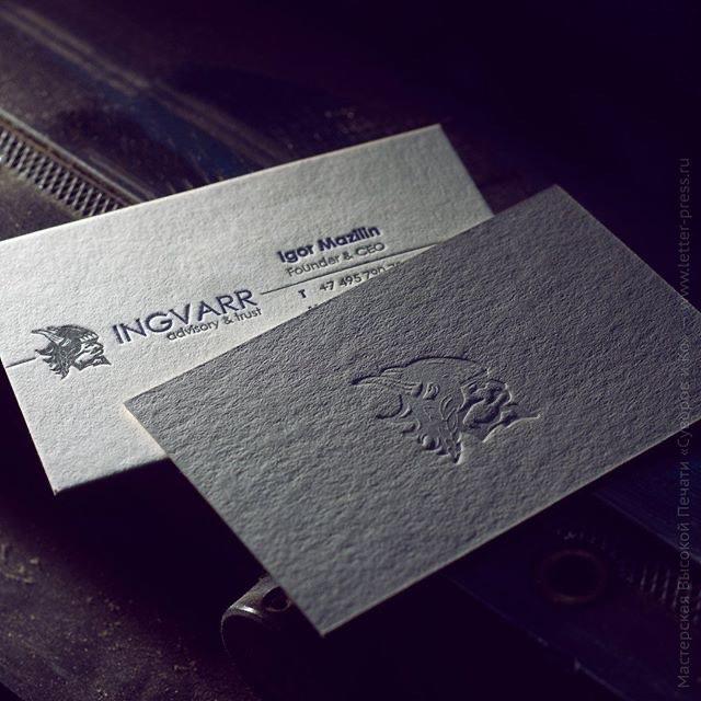 Двусторонние визитные карточки, высокая печать + слепое тиснение.Кашировка двух видов бумаг.