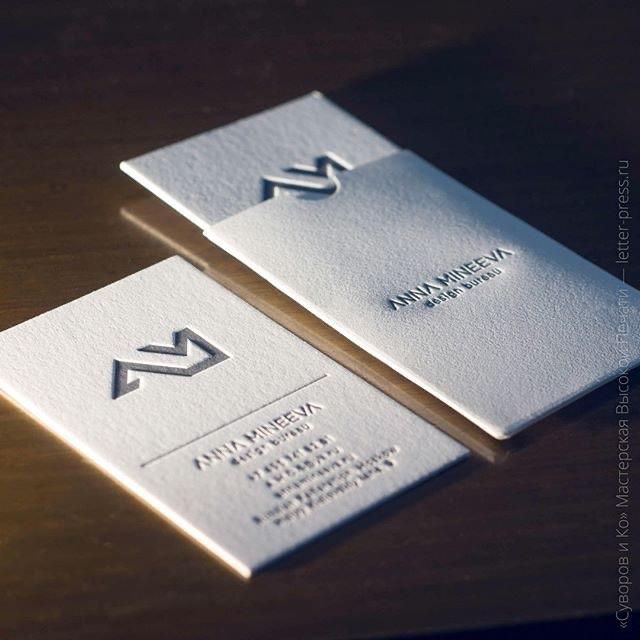 Визитная карточка в конверте из хлопковой бумаги. Высокая печать.